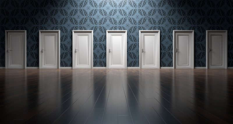 選択、扉の並んだ図