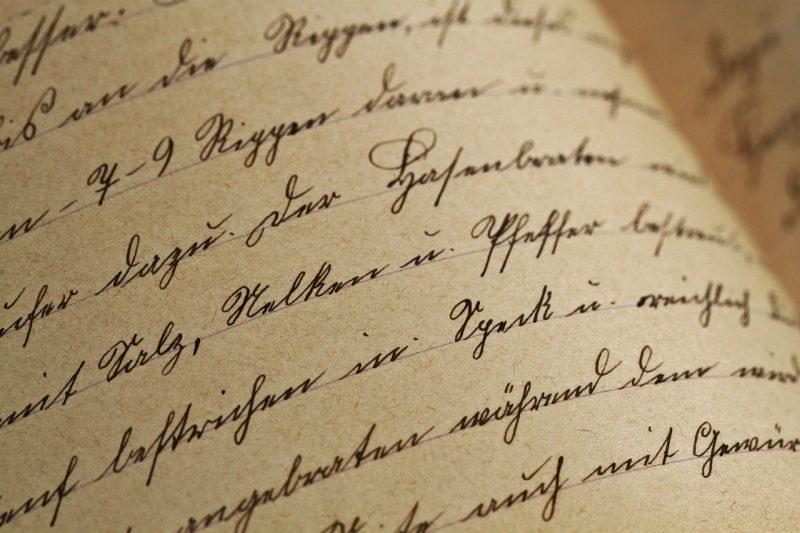 筆記体が書かれている本のページの写真