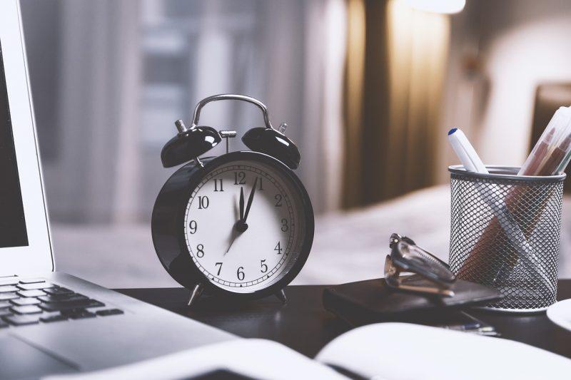 机の上の時計